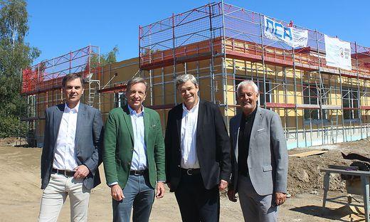 Madrian (links), Baldt, Fleischmann und Benedikt auf der Baustelle