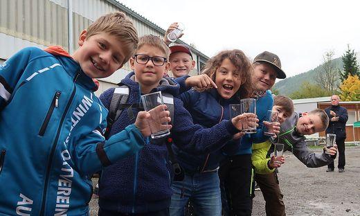 Die Schüler der Volksschule Aflenz Kurort freuen sich auf den frisch gepressten Apfelsaft