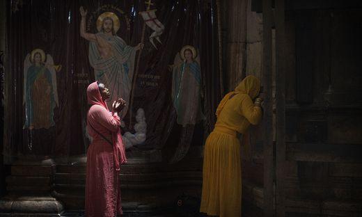 Betende Pilgerinnen in der Grabeskirche in Jerusalem. Das erste Zeugnis der Auferstehung kam von Frauen