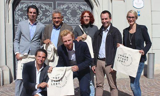 Rechtsanwalt David Suntinger (links), Mock, Wiesenreiter, Röck, Ines Rauter vom Stadtmarketing mit Pichler (vorne links) und Canori