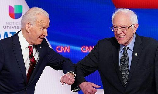 Biden und Sanders über den Corona-Gruß
