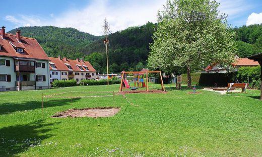 Links die Mietwohnungen, rechts die Einfamilienhäuser, und dazwischen der Spielplatz. Die Geräte stehen deutlich näher bei Letzteren