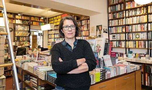 Frau Hartlieb Menschenseite Interview Bücherei Hartlieb by Akos Burg Portrait
