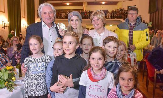 """Peter, Anna und Lisbeth Gasser mit künftigen Schülern des """"Anna-Gasser-Schulzentrums"""""""