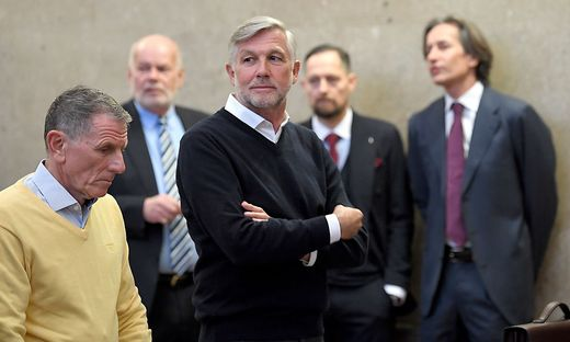 Der Angeklage Peter Hochegger, Anwalt Manfred Ainedter, der Angeklagte Walter Meischberger, Anwalt Norbert Wess und der Angeklagte Karl Heinz Grasser