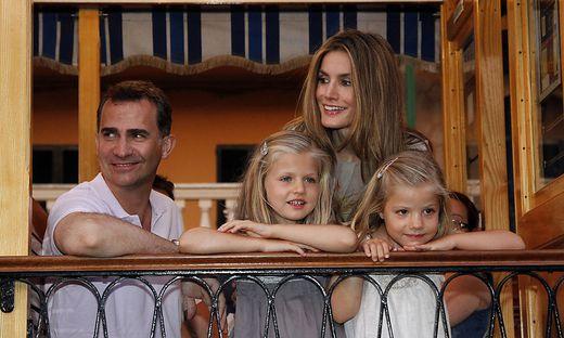 Kronprinzessin Leonor (zweite von links) mit ihren Eltern Felipe und Letizia und Schwester Sofia