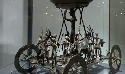 Der Kultwagen von Strettweg: Das Original steht im Archäologiemuseum im Schloss Eggenberg, die Kopie im Museum Murtal in Judenburg