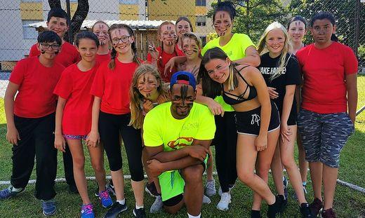 Handballer Adonis Gonzalez (Mitte) mit den Kindern und Jugendlichen beim Camp im Sommer