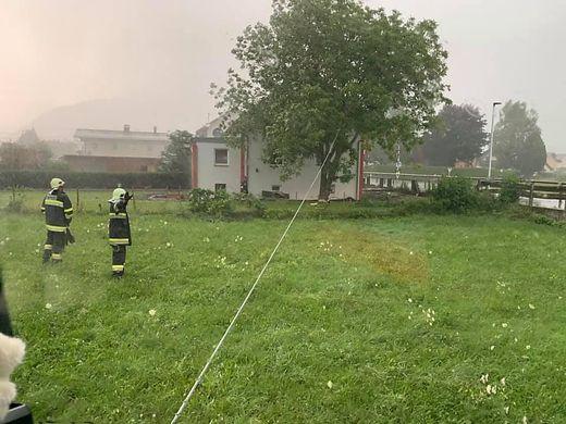 In Möllbrücke musste die Feuerwehr ausrücken, weil ein Baum auf ein Wohnhaus oder auf die Bundesstraße zu fallen drohte