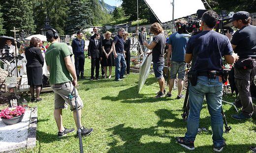 Regisseur Peter Keglevic (Mitte mit blauem Polo-Shirt) behält beim Dreh am Tragößer Friedhof den Überblick