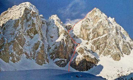 Die Nordostschlucht des Jof Fuart/Wischberg mit der Routenbeschreibung von Ganitzer/Wutte/Zink. Die friulanischen Alpinisten fuhren aus 2300 Metern Seehöhe ab, die Lawine, die sie erfasste, riss sie 600 Meter mit, bis ungefähr an das Ende der roten Tourenlinie