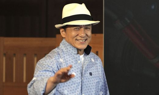 Stein des Anstoßes war eine Szene in einem Film des Hongkonger Kampfsport-Stars Jackie Chan, die der Zensor offenbar übersehen hatte