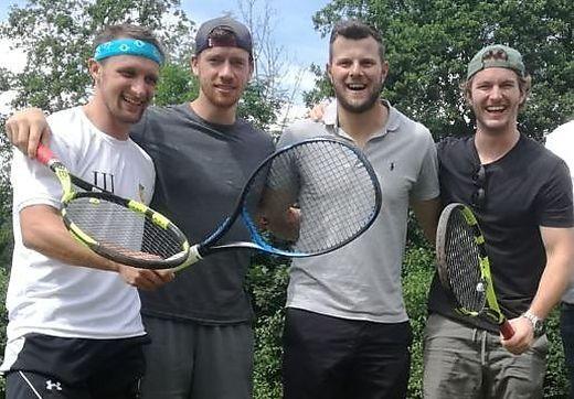Andreas Napokoj (2. von rechts) soll VSV-Geschäftsführer werden. Mit ihm am Foto die Eishockeycracks und Tenniskollegen Nico Brunner, Michael Raffl und Alexander Rauchenwald