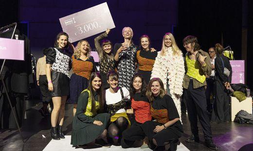 Jubel nach der Preisverleihung. Der Kastner & Öhler Fashion Award ging diesmal an Larissa Falk (zweite Reihe, dritte von links)