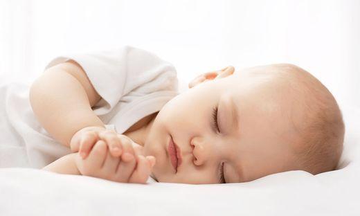 Lebend begrabenes Baby nach Stunden aus Erdloch gerettet