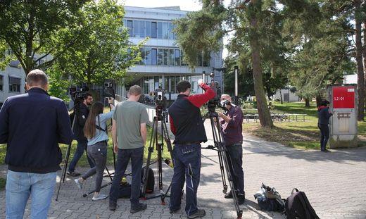 Reporter vor der TU Darmstadt