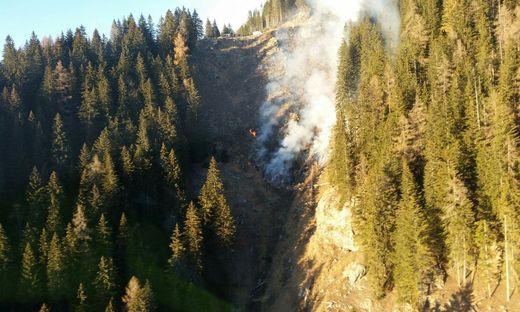 Der Brand ist im steilen Gelände ausgebrochen