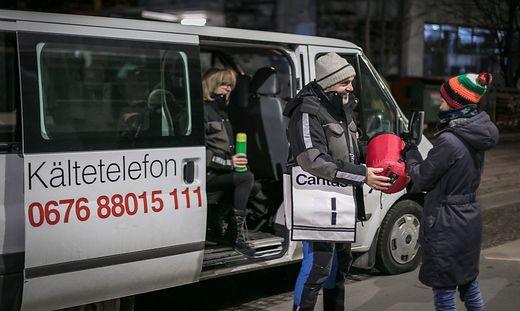 Obdachlose, die eine Unterbringung mit anderen Menschen ablehnen, erhalten ein Not-Paket
