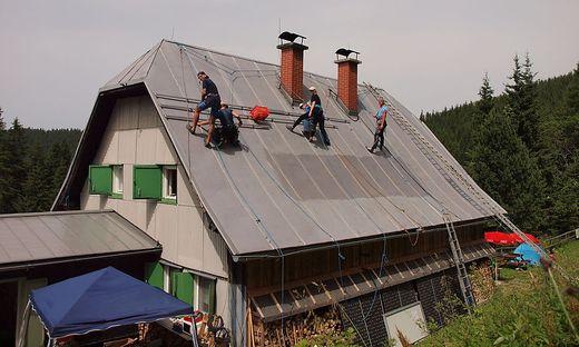 Freiwillige bei der Neumontage der Fotovoltaikanlage