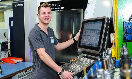 Höchst präzise. Julian Krug programmiert eine computergesteuerte CNC-Fräse bei Kostwein Maschinenbau in Klagenfurt