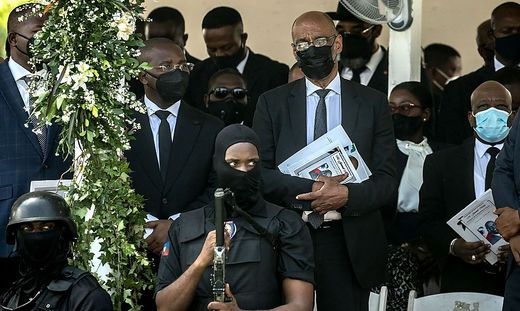 Anspannung beim Begräbnis in Haiti