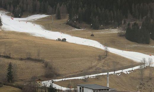 Rechts von der kleinen Scheune, etwa in der Mitte der Piste, ereignete sich der Unfall. Der Skifahrer war 40 Minuten nach Betriebsschluss und bei einsetzender Dunkelheit unterwegs