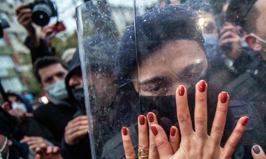 In Istanbul protestierten am Wochenende zahlreiche Frauen gegen die von Präsident Erdoğan dekretierte Beschneidung ihrer Rechte