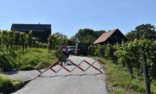 Nur Radfahrer, Fußgänger und unmittelbare Anrainer dürfen den Grenzübergang am Hochgraßnitzberg in Spielfeld derzeit passieren