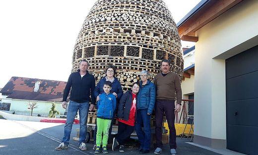 Tatkräftige Baumeister: Heinz Wolf, Gerda Jauk, Maria Wolf und Manfred Pappel mit Luka Wolf und Mathias Mitteregger