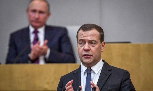 Russlands Ministerpräsident Dmitri Medwedew (im Hintergrund: Präsident Wladimir Putin)