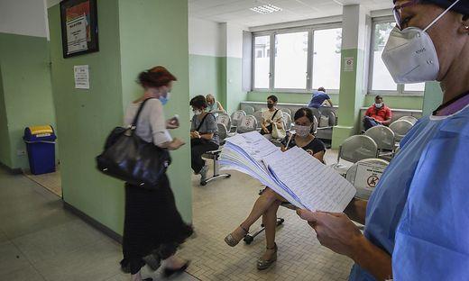 Sechs Monate nach der wegen der Coronavirus-Pandemie am 5. März erfolgten Schließung sind in Italien die Schulen am Dienstag wieder geöffnet worden