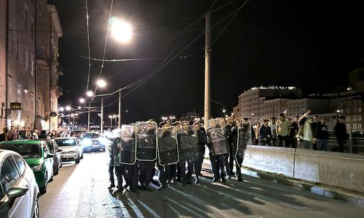 Die Polizisten in Salzburg wurden mit Flaschen beworfen
