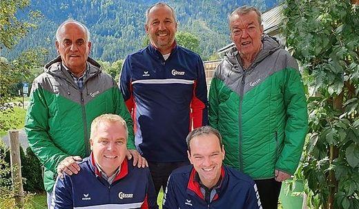 Mayer und Trunk (am Foto hockend) sowie Hassler, Ritscher und Ehrenobmann Klaus Trunk