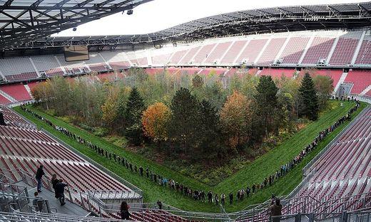 """Die """"Fridays for Future""""-Initiative bildete am Samstag eine Menschenkette um den Stadionwald"""
