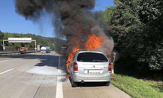 Als die Feuerwehr eintraf, brannte der Pkw lichterloh