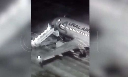 Gangway eingebrochen: Passagiere stürzten auf Rollbahn