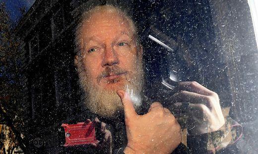 Assange nach seiner Festnahme am Weg zum Amtsgericht in der Marylebone Road
