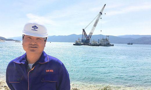 Chinesische Arbeiter errichten in der Bucht von Komarna in Dalmatien die Peljesac-Brücke