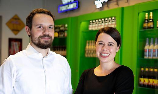Das Geschwisterpaar David und Rebecca Gölles bittet zum Bierabverkauf vors Brot und Spiele.