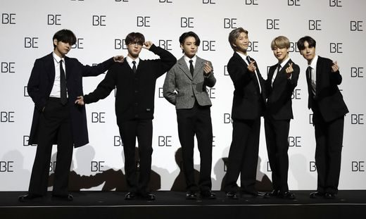 BTS sind RM (26), Jin (28), SUGA (27), j-hope (27), Jimin (25), V (25) and Jung Kook (23)
