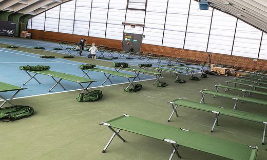 Corona Virus - Aufbau Feldbetten Tennishalle Klinikum Klagenfurt Maerz 2020