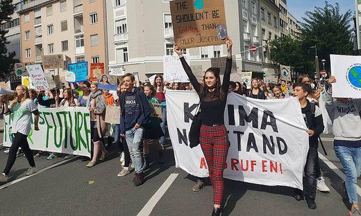 Nina Havekost (rote Hose) demonstrierte gemeinsam mit 500 weiteren Teilnehmern.