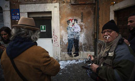 Keine Küsse, aber Pläne, die Europa schockieren: Luigi Di Maio und Matteo Salvini auf einem Wandbild in Rom
