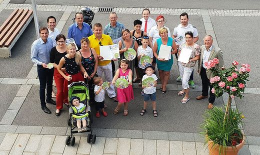Die kinderfreundlichen Gastronomen mit Christian Ortauf, Bürgermeister Josef Ober und Beatrice Strohmaier