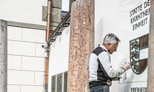 Die Spuren der Schmieraktion im Landhaushof werden beseitigt – vor der Kamera, die nichts aufnimmt