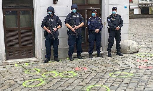 Polizisten während der Kranzniederlegung
