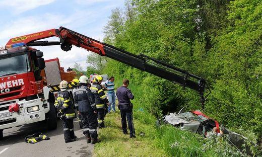 Der Kleinbus wurde beim Sturz über die Böschung schwer beschädigt