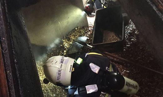 Unter Atemschutz mussten die Feuerwehrleute im Lagerraum zur Schaufel greifen