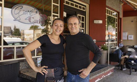 Gheorghe Pana mit seiner Frau Dzini im neu renovierten Kaffeehaus.