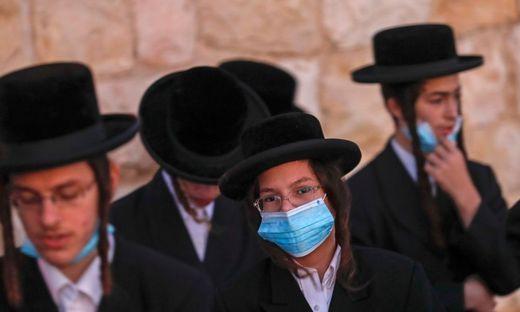 In den Vierteln von strengreligiösen Israelis breitet sich das Virus besonder stark aus